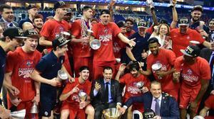 Los jugadores del CSKA posan con el trofeo de campeón europeo en Berlín