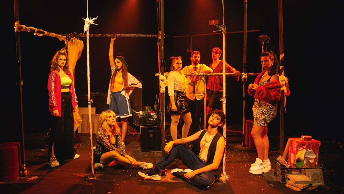 Los ocho protagonistas de 'Antiòpera de les oblidades', en el escenario.