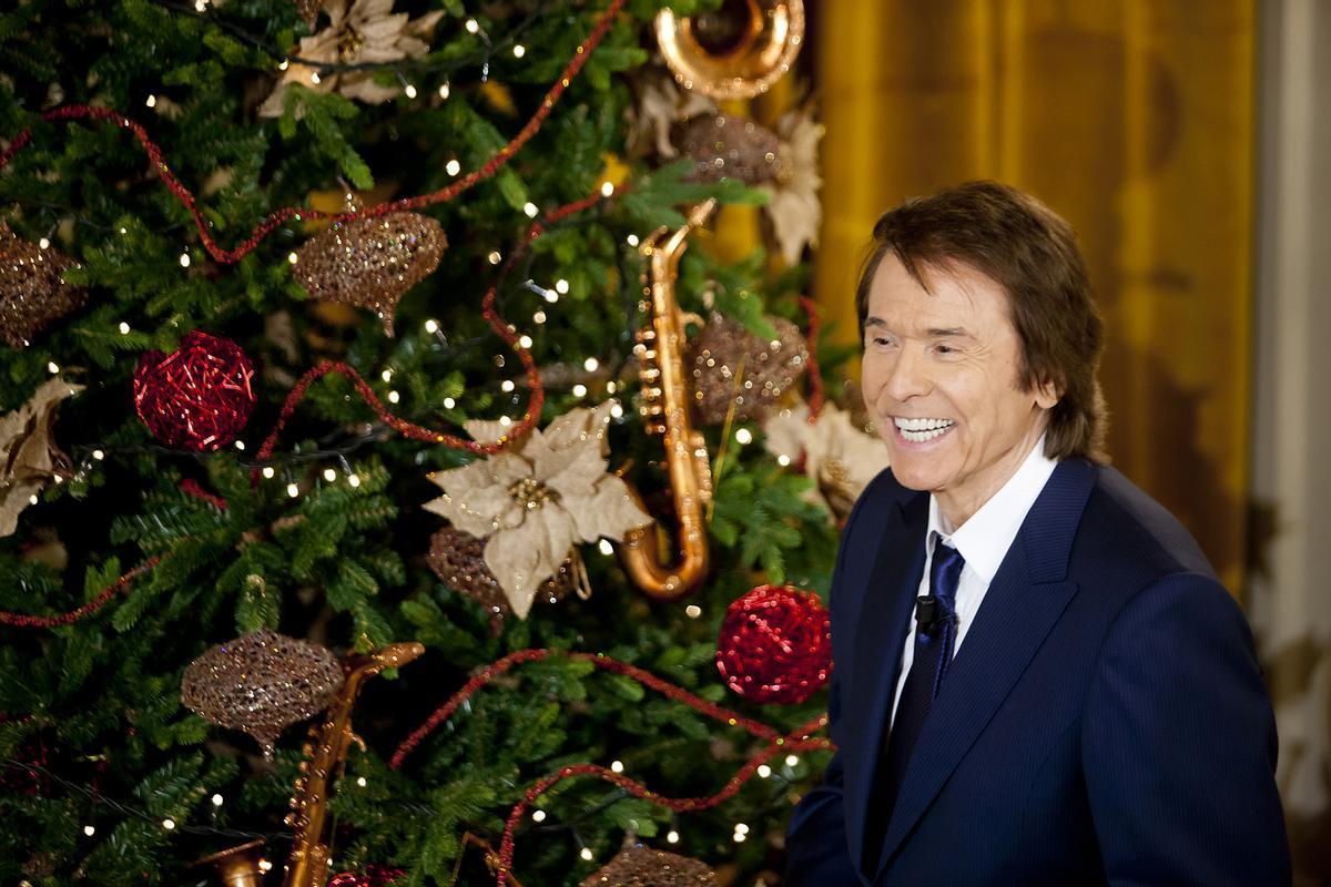 Raphael posa junto a un árbol de Navidad