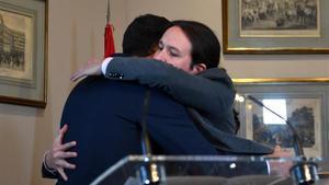 Abrazo entre Pedro Sánchez y Pablo Iglesias tras la firma del Gobierno de coalición.