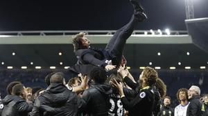 Antonio Conte, manteado por sus jugadores del Chelsea.