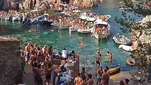 Imagen de una 'boat party' celebrada en agosto del año pasado en cala Massoni.