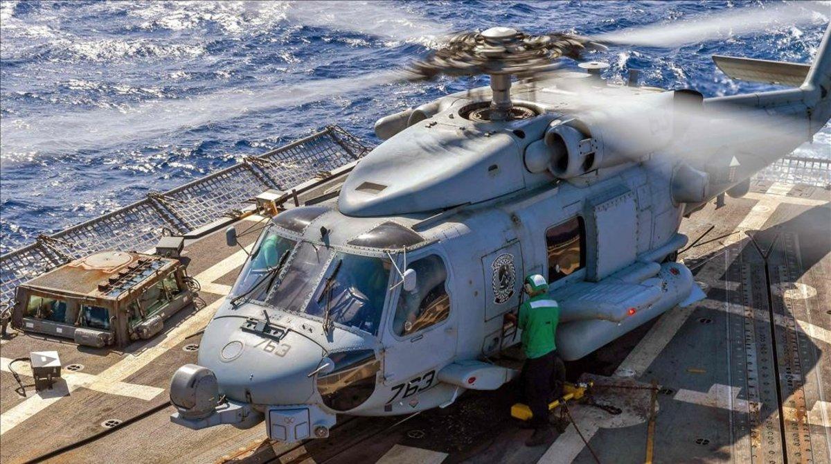 Un helicóptero en el 'USS Abraham Lincoln'.