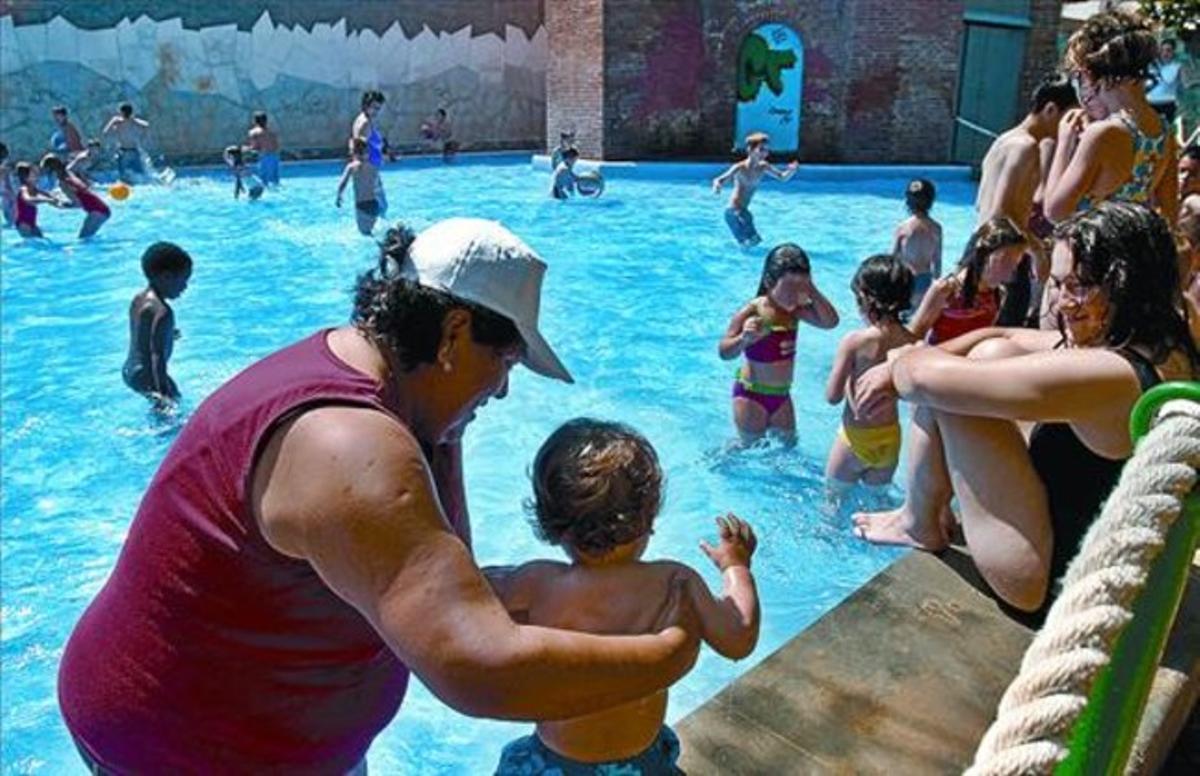 Torre de les Aigües 8 Niños bañándose en la playa del Eixample, la semana pasada.