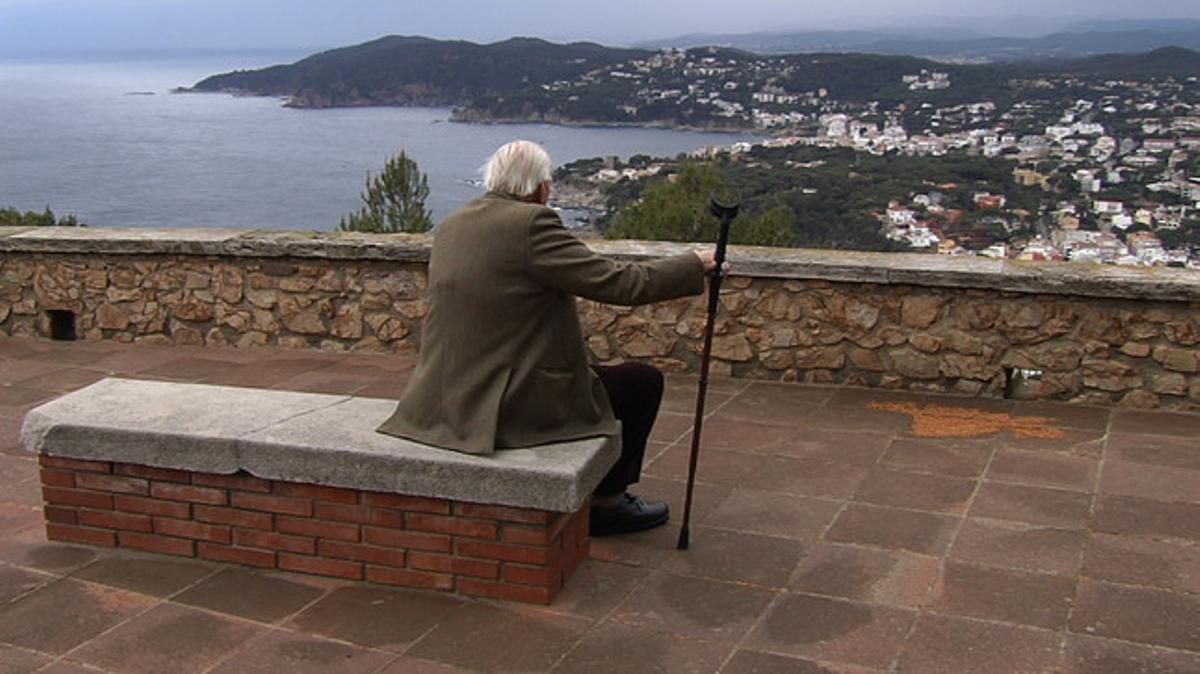 Un jubilat contempla el mar des d'un poble de la Costa Brava.