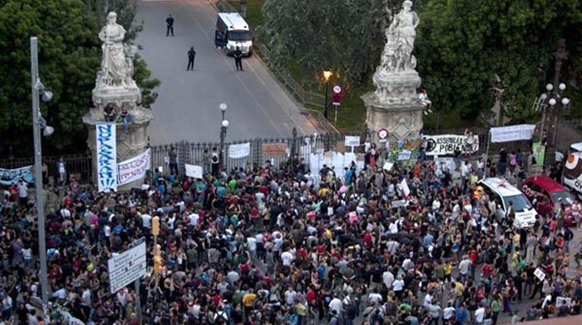 La policía cierra y acordona el parque de la Ciutadella