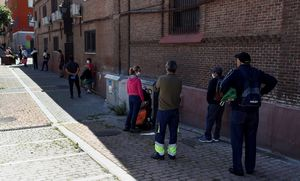 Colapara recoger alimentos en el comedor social de la parroquia de San Ramón Nonato, en Puente de Vallecas.