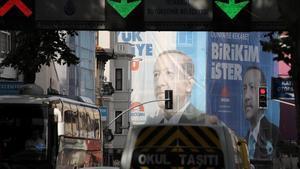 Vallas electorales con la fotografía del presidente Erdogna en Estambul.