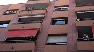 BARCELONA 14/06/2021  Barcelona.  Un hombre que iva a ser desnonado, se suïcida saltando por el balcon del 3er piso, en la C/ Bacardí, 15-19 en el barrio de Sants.. En la foto una vecina del segundo mira desde su balcon.   FOTO de RICARD CUGAT