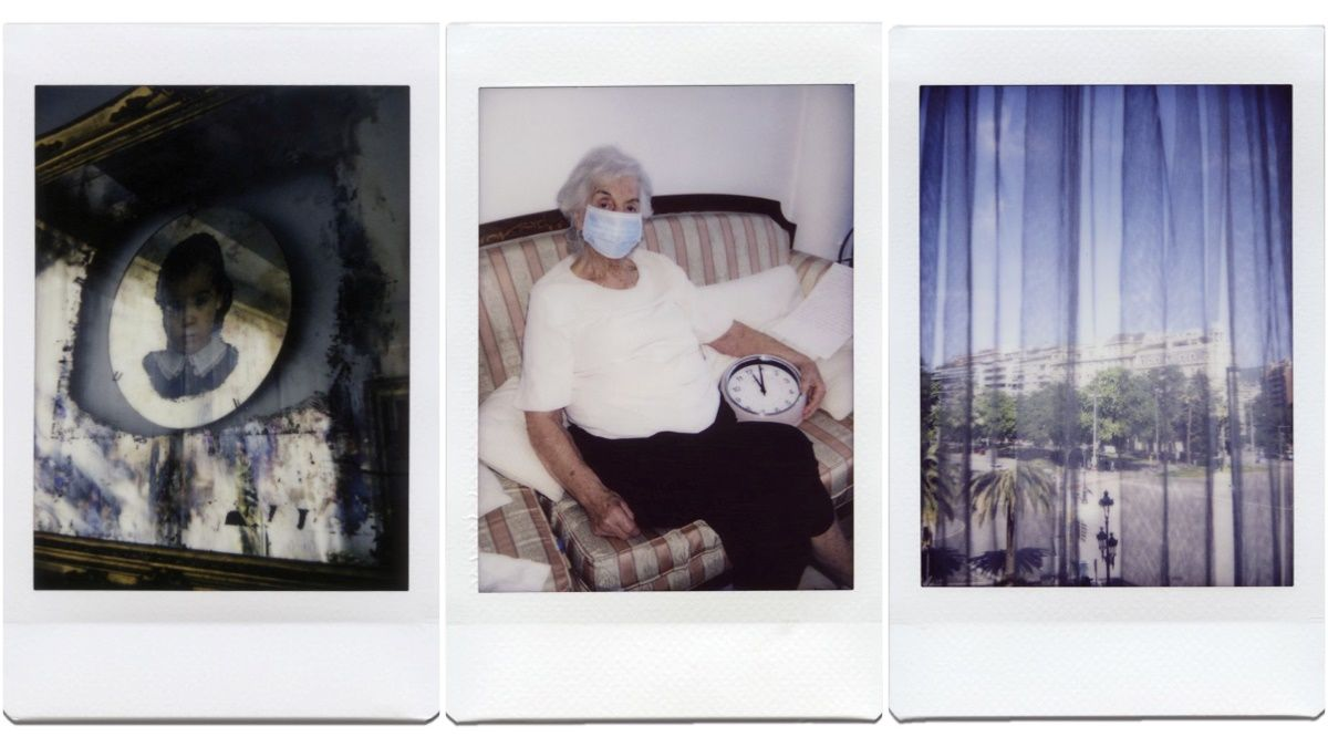 Ana Mari, en el centro, con su amigo Auriol, reloj de pared con el que contó las horas de la pandemia, y a ambos lados dos fotos tomadas por ella.
