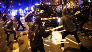 Altercados en la manifestación de protesta por la detención del rapero Pablo Hasél, este miércoles en Barcelona.