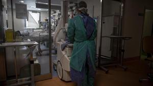 Varios sanitarios en la Unidad de Cuidados Intensivos (uci) dedicada a enfermos de coronavirus del Hospital Universitario Ramón y Cajal de Madrid, este jueves.