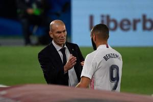 Zidane (i) saluda a Benzema durante el último partido del Madrid.