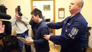 Rui Pinto, esposado, en la entrada a un juzgado de Budapest.