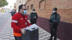 Un sanitario se dispone a entrar en la residencia de ancianos El Fontan para comenzar la vacunacion contra el covid-19en Nava del Rey (Valladolid), el pasado día 30.