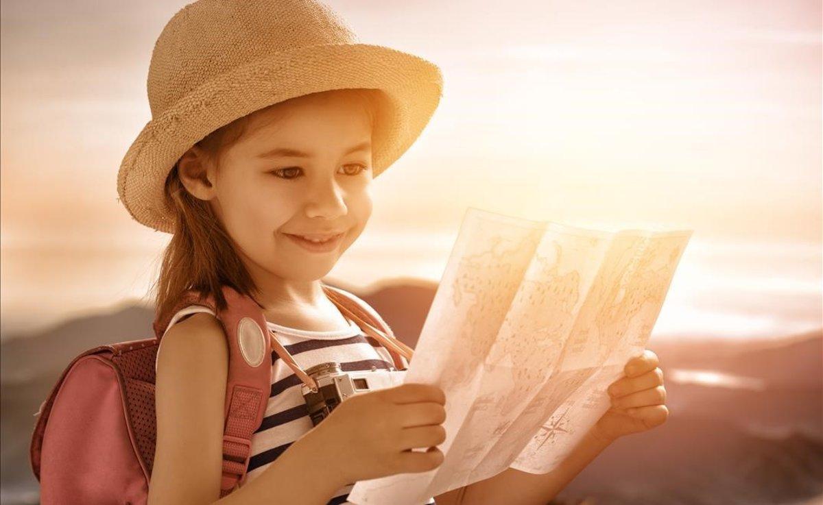 Una niña pequeña observa un mapa.