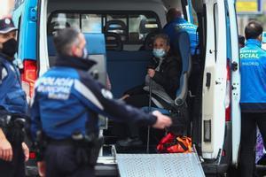 Una anciana es atendida en los alrededores del edificio que ha explotado en Madrid