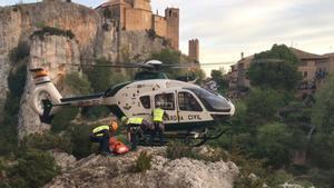 Agentes de montaña de la Guardia Civil trasladan el cadáver del vecino de Terrassa desaparecido en Alquézar (Huesca).