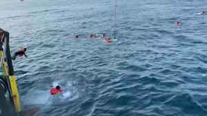 Otros 48 migrantes del Open Arms saltan al mar por desesperación.