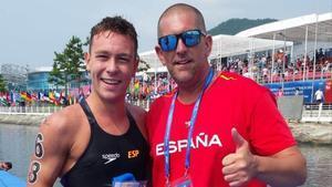 Alberto Martínez, junto a su técnico Fred Vergnoux al concluir la prueba