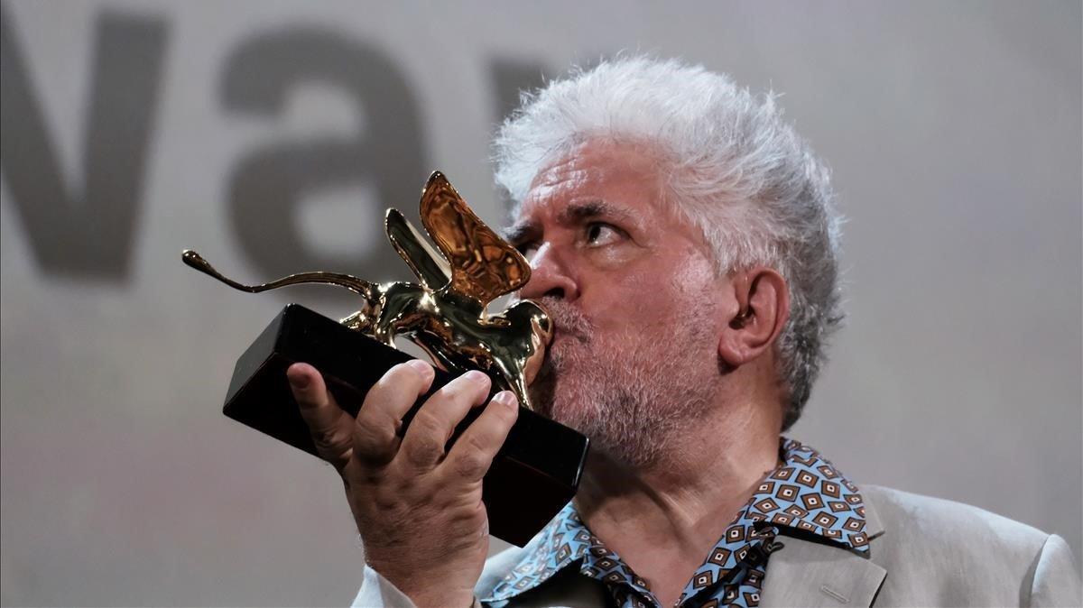Pedro Almodóvar besa el León de Oro a su carrera cinematográfica, en Venecia, el pasado agosto.