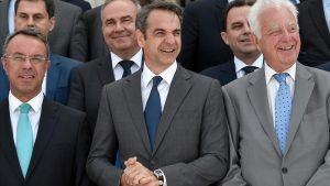 Mitsotakis, en el centro, posa con su nuevo Gobierno.