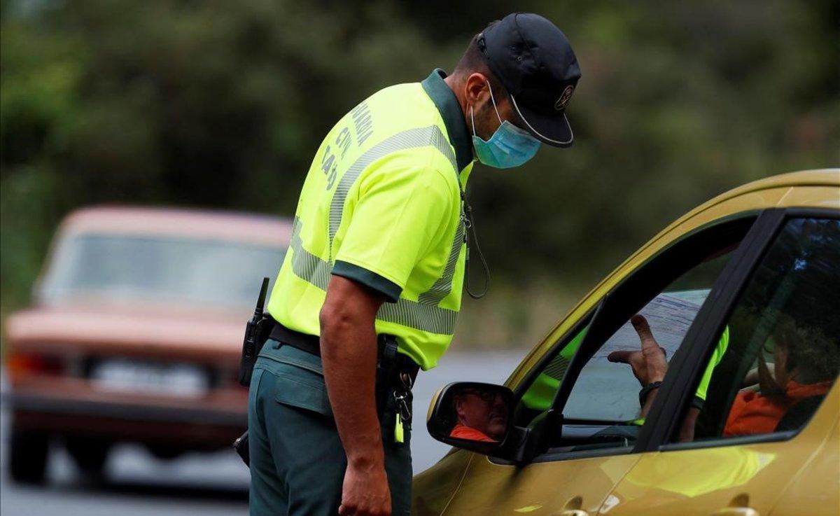 La Guardia Civil realiza controles de entrada de vehículos en una carretera de ACoruña.
