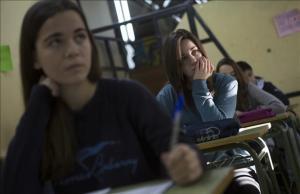 Alumnas del instituto Lluís Vives de Barcelona en las pruebas externas de cuarto de ESO del pasado febrero.