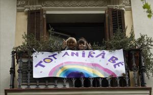 Pancarta positiva sobre el coronavirus en un balcón de la calle de Urgell.