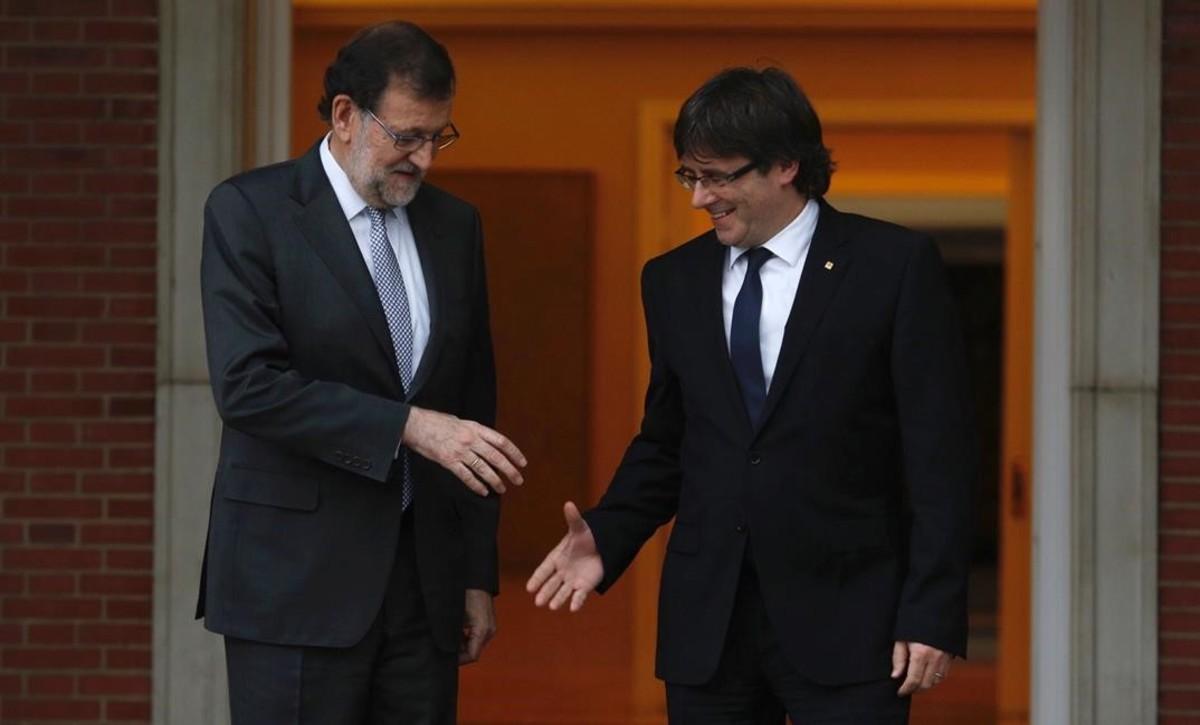 El presidente del Gobierno en funciones, Mariano Rajoy, y el de la Generalitat, Carles Puigdemont, en su cita de abril del 2016 en la Moncloa.