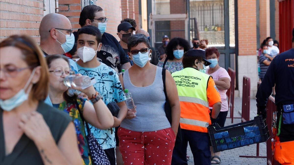 Varias personas esperan en las urgencias del Centro de Especialidades Periférico Coronel de Palma, este sábado en la localidad de Móstoles.