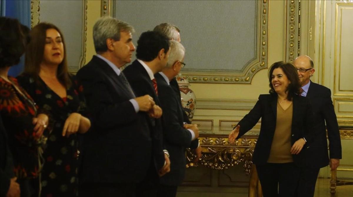 Santamaría y Montoro saludan a los consejeros autonómicos, este viernes en Madrid.