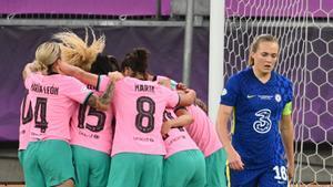 Las jugadoras del Barça celebran el cuarto tanto.