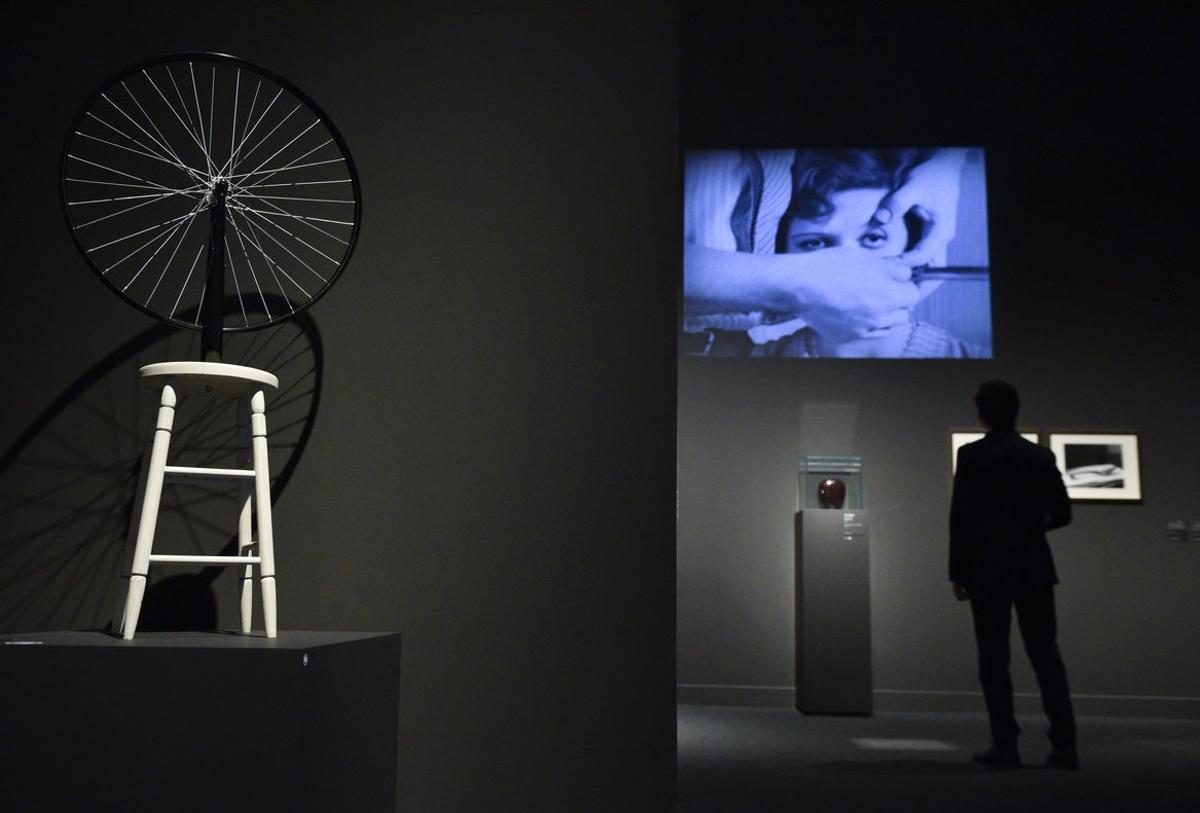 La exposición combina objetos artísticos con cortos surrealistas.
