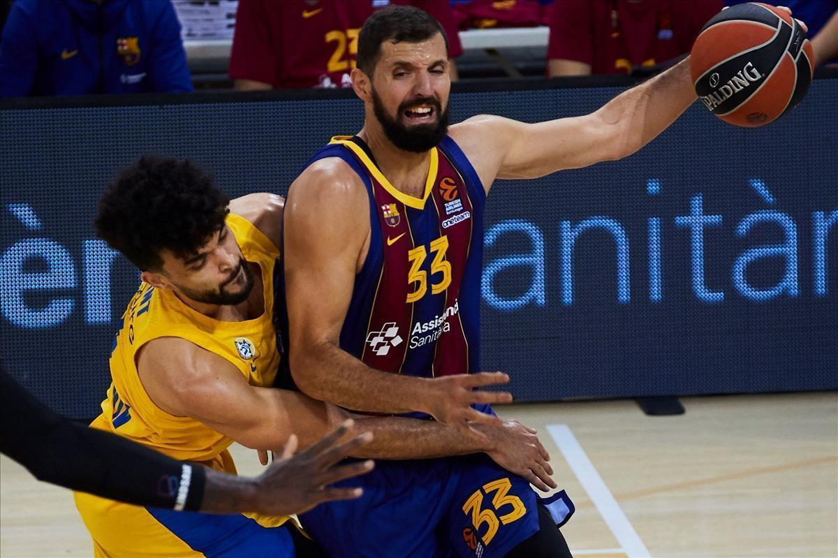 Mirotic controla un balón en el presencia de  Elijah Bryant del Maccabi