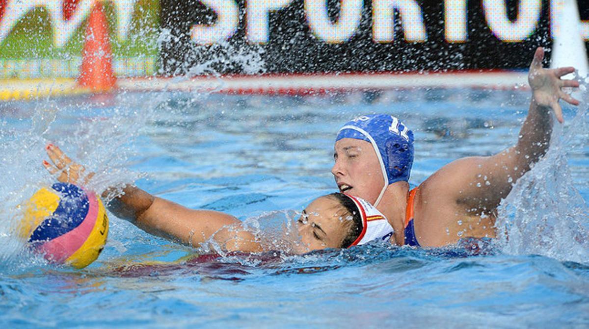 Andrea Blas (izquierda) y Lieke Klaassen, en un momento de la final disputada en Budapest.
