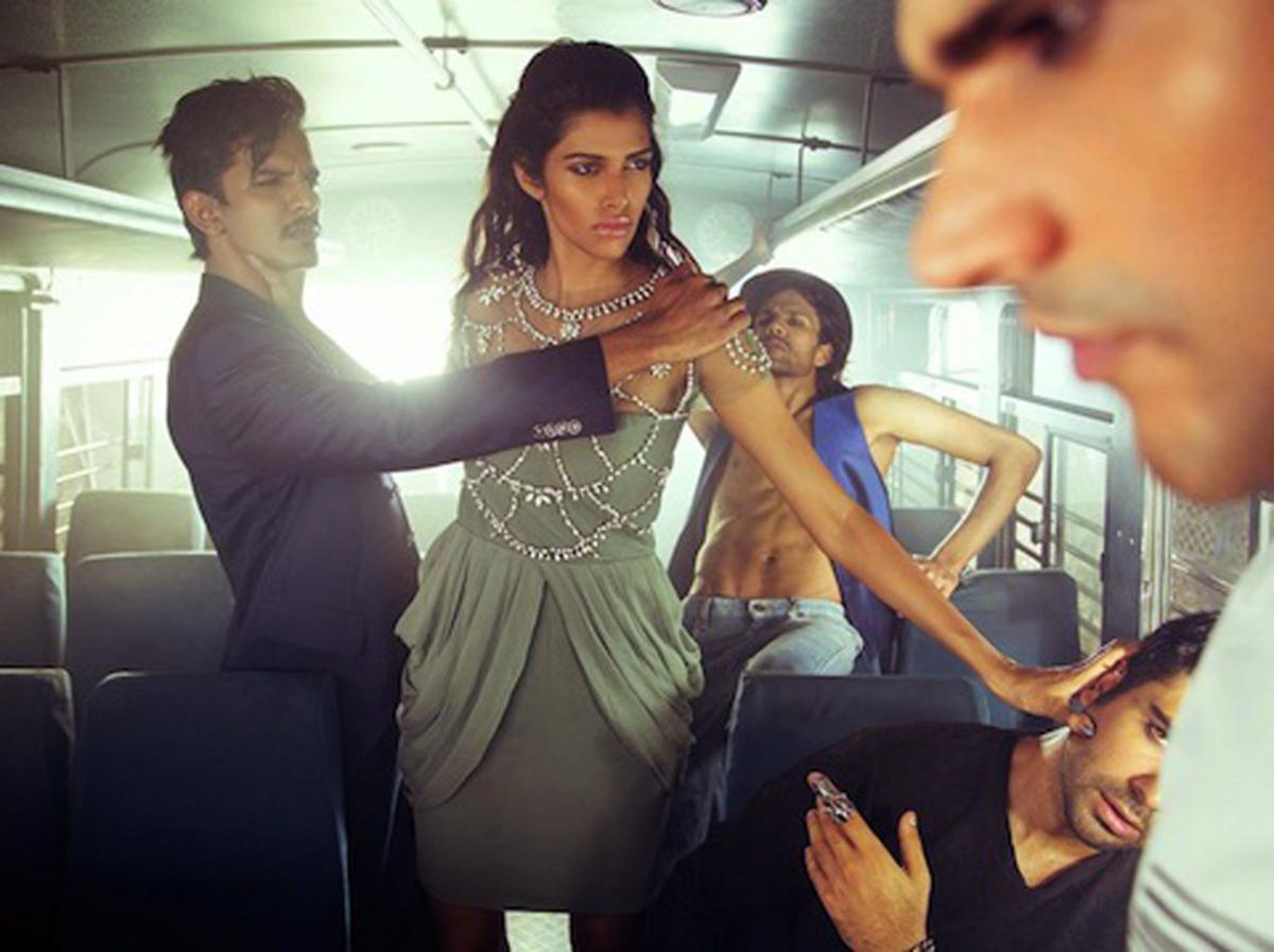 Sesión del fotógrafo Raj Shetye, en la que evocaba una violación múltiple en un bus de la India.