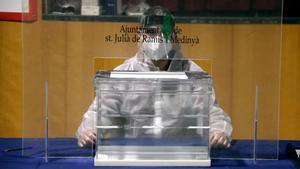Simulacro de votación en tiempos de covid en un colegio electoral de Sant Julià de Ramis.