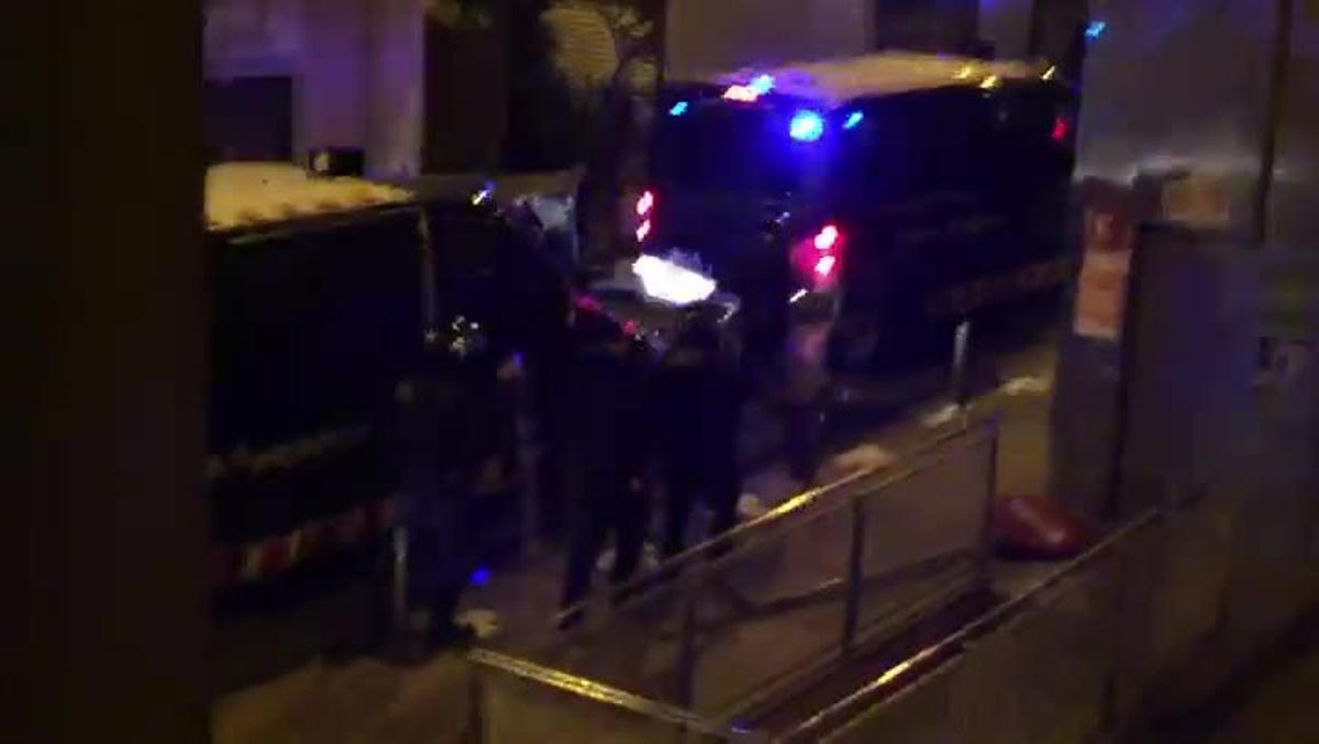 Imágenes de los disturbios registradas por los vecinos de Gràcia.