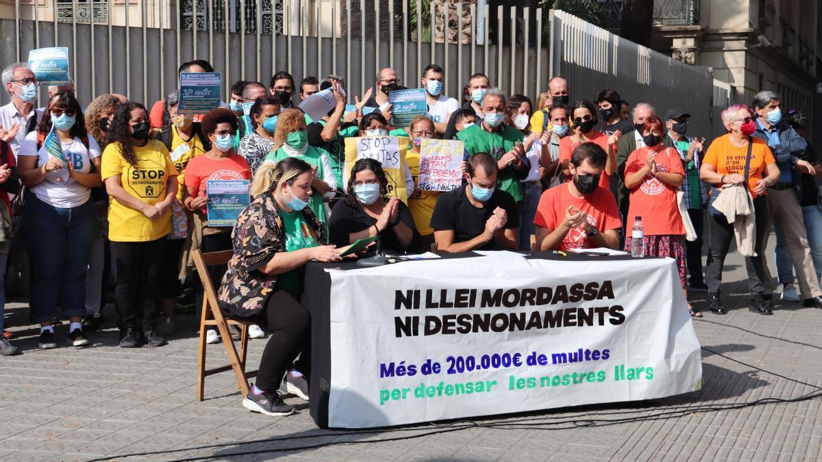 Una imagen de la convocatoria de este mediodía del movimiento antidesahucios, delante del Departamento de Interior.