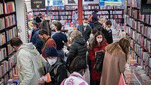 Ambiente previo a Sant Jordi en la librería La Central de la calle Mallorca, este martes.