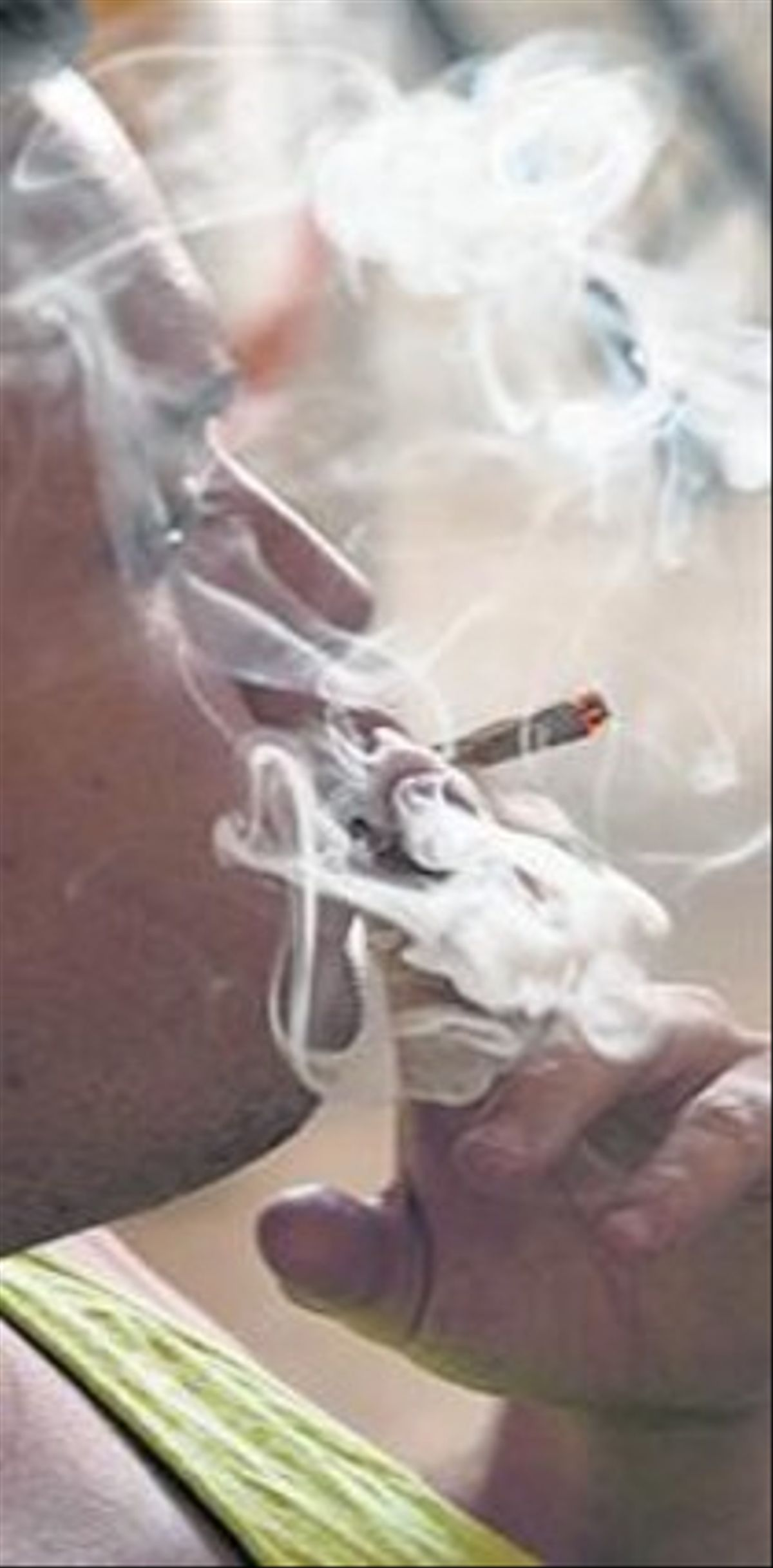 Un joven fuma en un club.