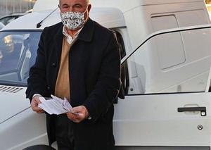 Antonio Troitiño, ayer en Chapela con su furgoneta, muestra las multas erróneas recibidas