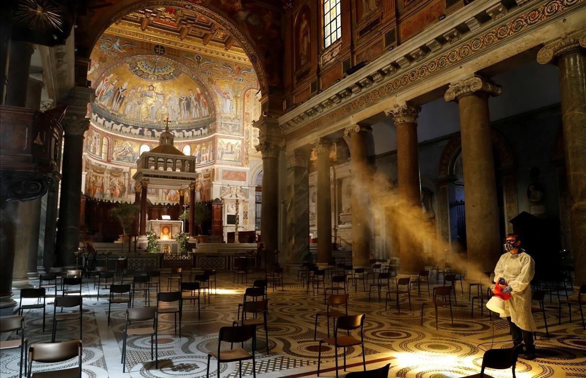 Trabajos dedesinfección en la Basílica de Santa María en Trastevere.