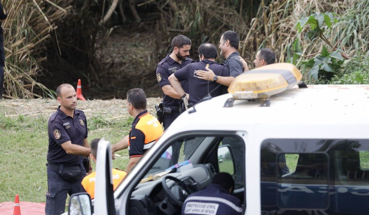 Agentes del dispositivo de búsqueda del bebé arrojado al río Besòs.