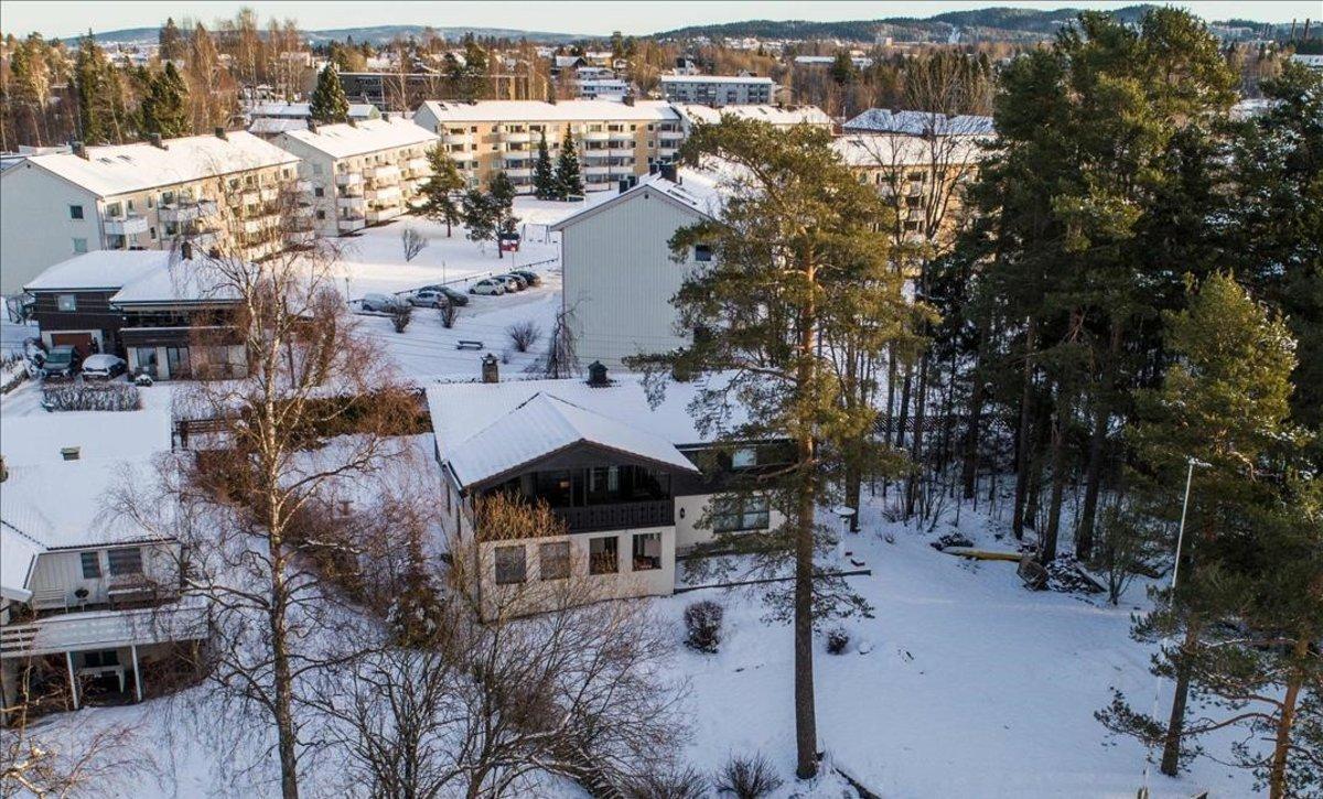 En primer plano, la casa en la que viven Tom Hagen y su esposaAnne-Elisabeth Hagen.