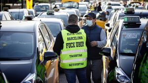 Marcha lenta de taxistas contra el retorno de Uber a Barcelona, el 18 de marzo