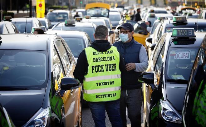 Tito Álvarez se dirige a los taxistas en el inicio de la marcha lenta del colectivo contra la vuelta de Uber a Barcelona