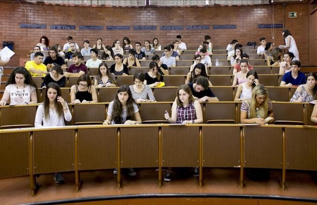 Estudiantes en un examen en la facultad de Biología de la UB.