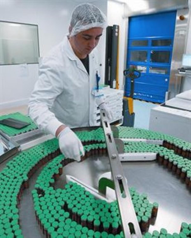 Un técnico de la planta de producción de la vacuna de Sanofi Pasteur en Francia, en octubre del 2009.